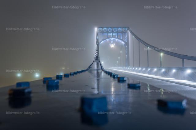 Kaiser-Wilhelm-Brücke bei Nacht   Nachtaufnahme der Wilhelmshavener Kaiser-Wilhelm-Brücke mit Nieten im Vordergrund