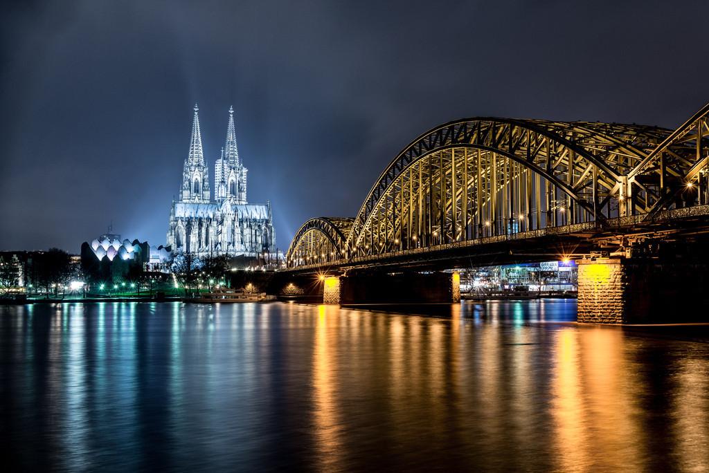 Kölner Dom klassisch bei Nacht