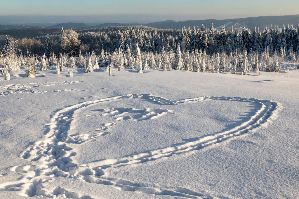 JT-170116-155 | Winter auf dem Kahlen Asten, Sauerland, höchster Berg in NRW, tief verschneite Landschaft, Herz im Schnee,