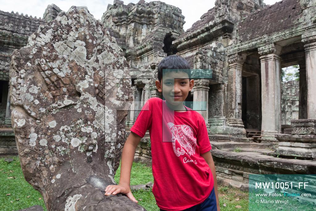 MW10051-FF | Kambodscha | Siem Reap | Reportage: Sombath erkundet Angkor | Porträt von Sombath im Tempel Preah Khan. Der achtjährige Sombath lebt in Kambodscha im Dorf Anjan, sechs Kilometer westlich von Siem Reap entfernt. In seiner Freizeit nimmt ihn manchmal sein Onkel in die berühmte Tempelanlage von Angkor mit. Besonders mag er die riesigen Wurzeln der Kapokbäume, die auf den uralten Mauern wachsen. Seine Lieblingstempel in Angkor sind Ta Prohm, Banteay Kdei und Preah Khan.  ** Feindaten bitte anfragen bei Mario Weigt Photography, info@asia-stories.com **