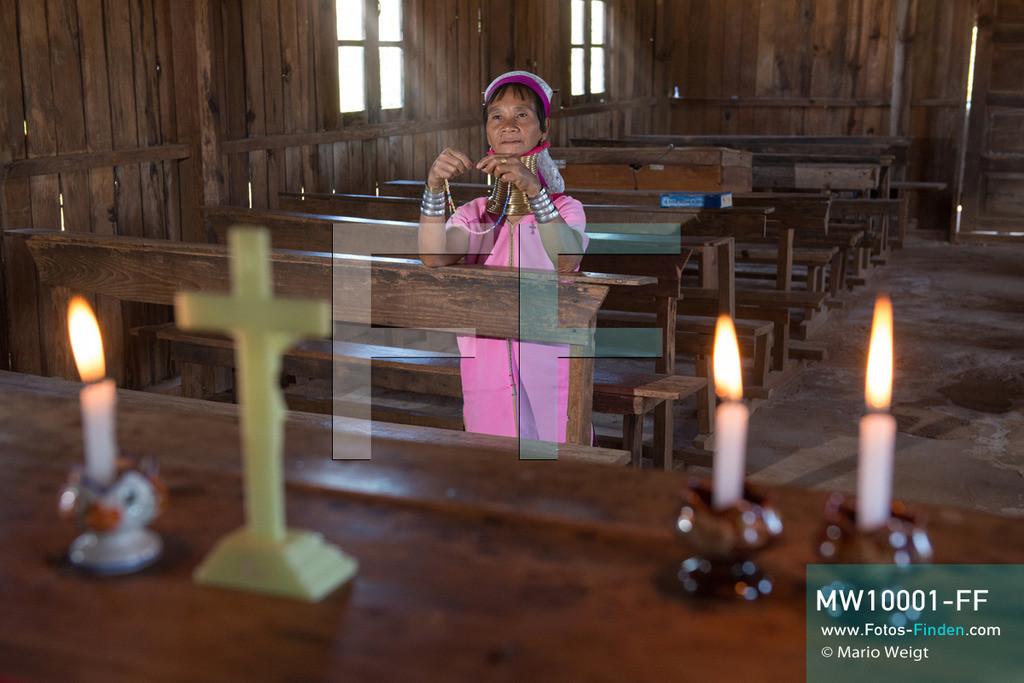 MW10001-FF | Myanmar | Loikaw | Reportage: Ringe fürs Leben | Frau der Volksgruppe Kayan Lahwi (Padaung) in der Kirche  ** Feindaten bitte anfragen bei Mario Weigt Photography, info@asia-stories.com **