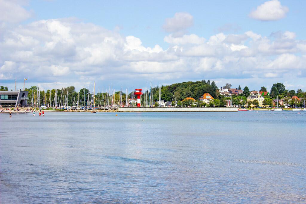 Strand in Eckernförde   Blick vom Strand in Richtung Yachthafen
