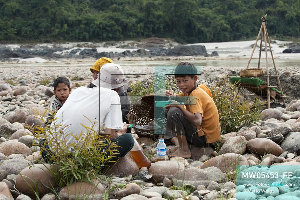 MW05453-FF | Myanmar | Kachin State | Myitson | Adee macht Mittagspause am Fluss. Der 13-jährige Maung Adee lebt mit seiner Tante und seinem Onkel im Dorf Thanphe, drei Kilometer vom Zusammenfluss des Ayeyarwady. Dort schürft Adee mit seiner Familie nach Gold.  ** Feindaten bitte anfragen bei Mario Weigt Photography, info@asia-stories.com **