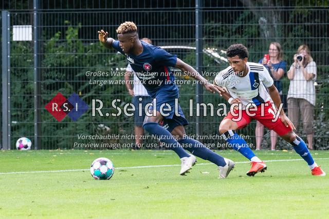 Fußball, Herren, Testspiel, Hamburger SV - FC Midtjylland, HSV-Trainingsplatz am Volksparkstadion, 20.08.2020 | Awer Bul Mabil (#11, Midtjylland), Xavier Amaechi (#17, HSV)