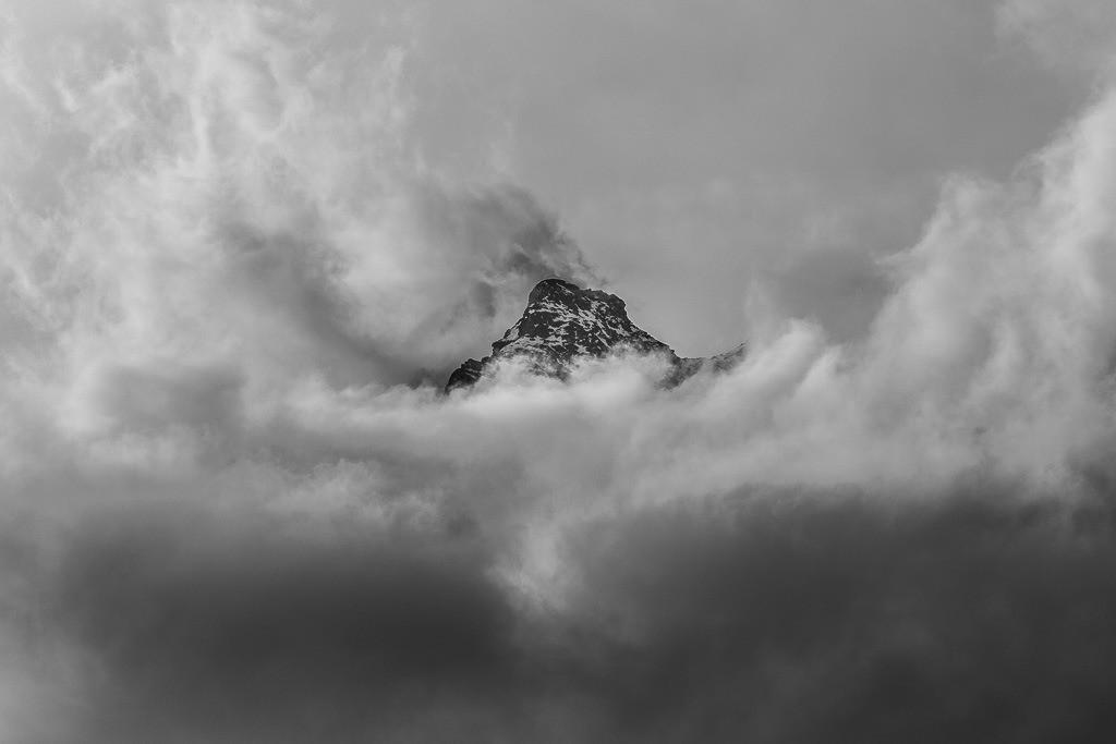 Bergspitze in den Wolken