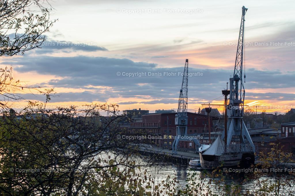 Kräne im Lübecker Hafen | Goldene Stunde im Herbst, die Kräne im Lübecker Hafen