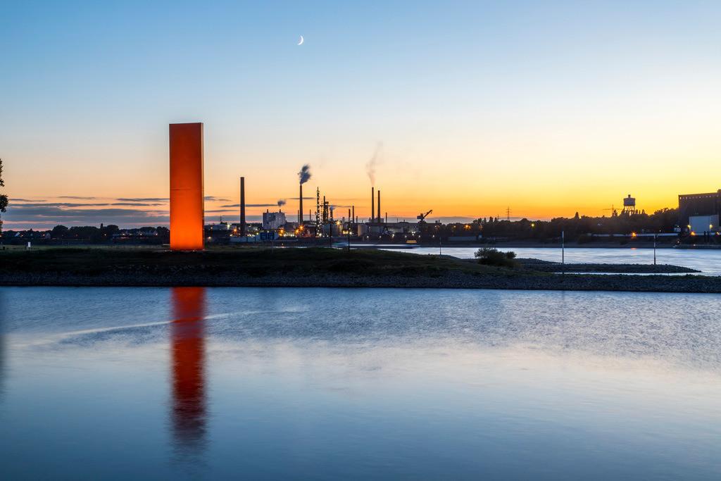 JT-161004-007 | Duisburg, Rheinorange, Skulptur, Rheinorange ist der Name einer 1992 in Duisburg-Kaßlerfeld errichteten Skulptur an der Mündung der Ruhr in den Rhein