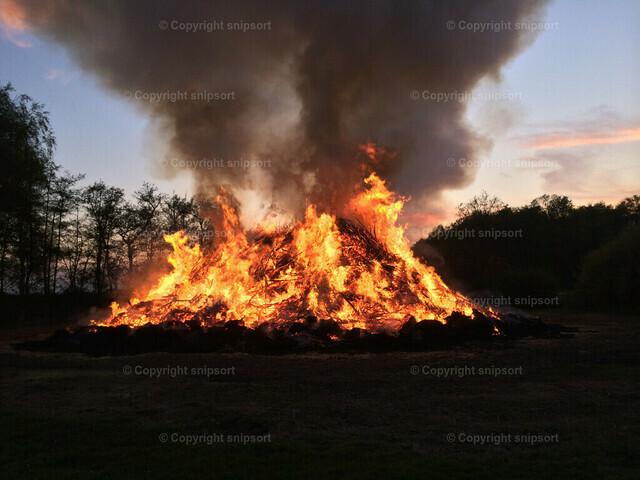 Osterfeuer | In der Dämmerung brennendes großes Osterfeuer.