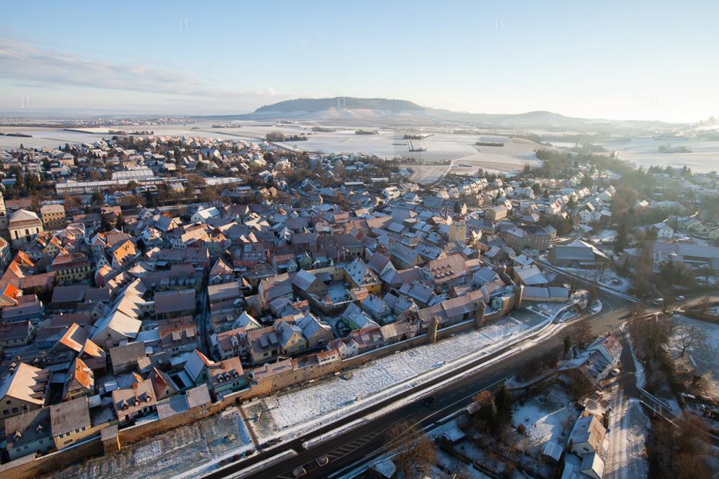 L_JS_MG_9592_20170117_Mainbernheim   Das Luftbild zeigt Mainbernheim im Schnee.