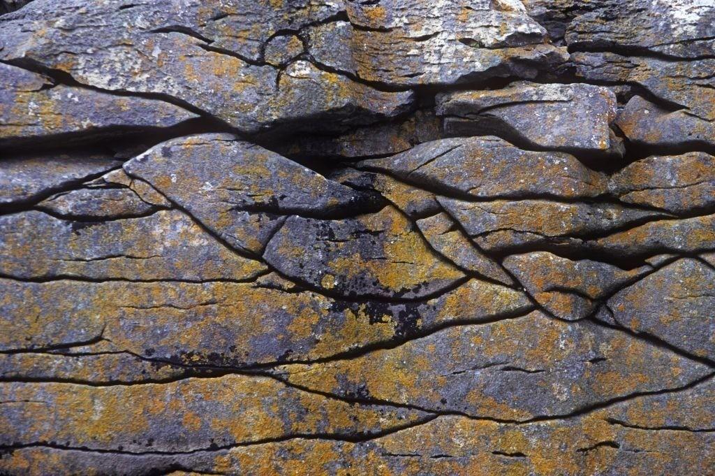 Best. Nr. erde13   Kalksteinstrukturen, The Burren, Irland   Das Element Erde repräsentiert das Zentrum aber auch den Südwesten und Nordosten, seine Jahreszeit ist der Spätsommer, seine Farben sind Gelb und braune und beige Naturtöne, es bieten sich quadratische oder flache rechteckige Formate und horizontale Formen an. Erde steht für Bodenständigkeit, Dauerhaftigkeit und Zuverlässigkeit. Geeignet sind solche Bilder z.B. für Wohnzimmer oder Räume, in denen man sich zentrieren und abschalten möchte.