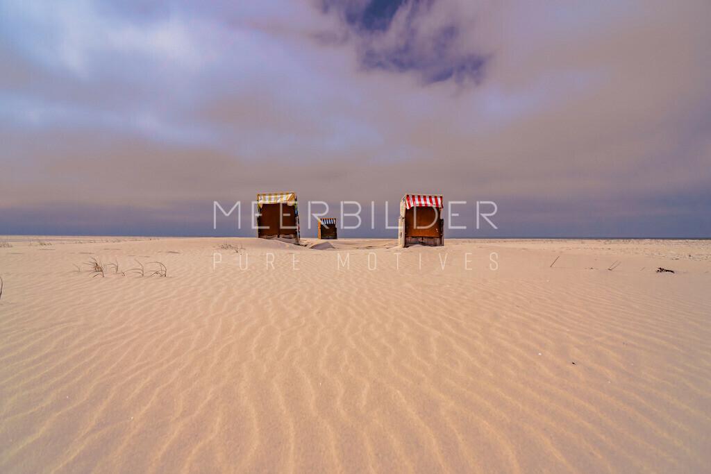 Strandbilder Nordsee | Nordsee Bilder mit Weite: Strandkörbe in Szene hinter leichten Sandribbeln auf Alu Dibond, Leinwand oder Acrylglas.
