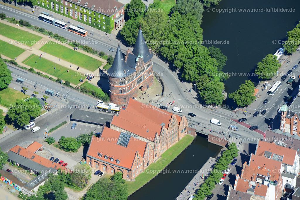 Lübeck Holstentor_ELS_8555100615   Lübeck - Aufnahmedatum: 10.06.2015, Aufnahmehöhe: 609 m, Koordinaten: N53°51.585' - E10°41.255', Bildgröße: 6430 x  4291 Pixel - Copyright 2015 by Martin Elsen, Kontakt: Tel.: +49 157 74581206, E-Mail: info@schoenes-foto.de  Schlagwörter:Schleswig-Holstein,Luftbild, Luftbilder, Deutschland