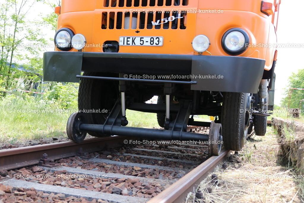 IFA W 50 L/TW/S Turmwagen mit Schienenfahrvorrichtung, 1986   IFA W 50 L/TW/S Turmwagen mit Zweiwegesystem für Straße und Schiene (Schienenfahrvorrichtung), Kommunalfahrzeug 4x2 mit Ladedrehkran LDK 1250 und aufgesetzter Arbeitsbühne für 3 Personen (maximale Nutzlast 300 kg), für Wartungen und Instandsetzungen von beispielsweise Verkehrswegen, Signalen, Beschilderungen, Oberleitungen, Farbe: Orange, Baujahr 1986, Hersteller Fahrgestell: VEB IFA-Automobilwerk Ludwigsfelde, Hersteller Aufbau: VEB Kfz-Instandsetzung Cottbus, Betriebsteil Ratiomittelbau Bernsdorf, DDR; ehemaliges Fahrzeug der Berliner Verkehrsbetriebe