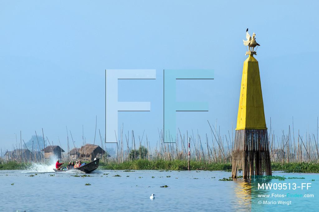 MW09513-FF | Myanmar | Nyaung Shwe | Reportage: Phaung Daw U Fest | Die gelbe Säule mit dem Karaweik-Vogel markiert die Stelle der gekenterten Barke Shwe Hintha mit den Buddha-Statuen auf dem Inle-See im Jahr 1963. Im Umkreis gedeihen die berühmten schwimmenden Gärten der Intha-Ethnie.  ** Feindaten bitte anfragen bei Mario Weigt Photography, info@asia-stories.com **