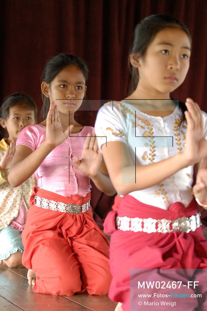 MW02467-FF | Kambodscha | Phnom Penh | Reportage: Apsara-Tanz | Schülerinnen lernen in einer Tanzschule den Apsara-Tanz. Sechs Jahre dauert es mindestens, bis der klassische Apsara-Tanz perfekt beherrscht wird. Kambodschas wichtigstes Kulturgut ist der Apsara-Tanz. Im 12. Jahrhundert gerieten schon die Gottkönige beim Tanz der Himmelsnymphen ins Schwärmen. In zahlreichen Steinreliefs wurden die Apsara-Tänzerinnen in der Tempelanlage Angkor Wat verewigt.   ** Feindaten bitte anfragen bei Mario Weigt Photography, info@asia-stories.com **