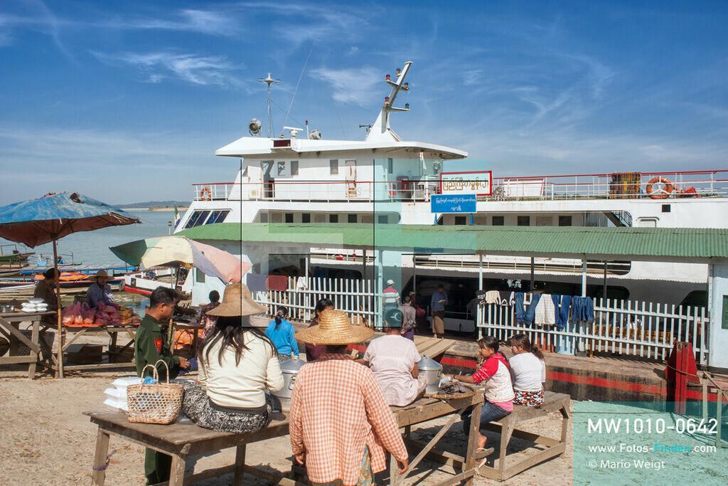 MW1010-0642   Myanmar   Sagaing-Region   Reportage: Schiffsreise von Bhamo nach Mandalay auf dem Ayeyarwady   Zwischenhalt der IWT-Fähre Pyi Gyi Tagon 2. Verkäuferinnen bieten Currys und Reis sowie Snacks an.  ** Feindaten bitte anfragen bei Mario Weigt Photography, info@asia-stories.com **