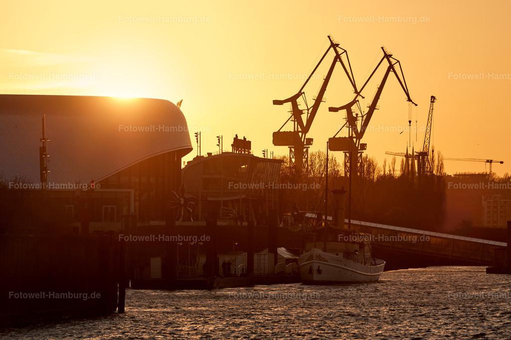 11747078 - Sonnenuntergang hinter den Hafentheatern
