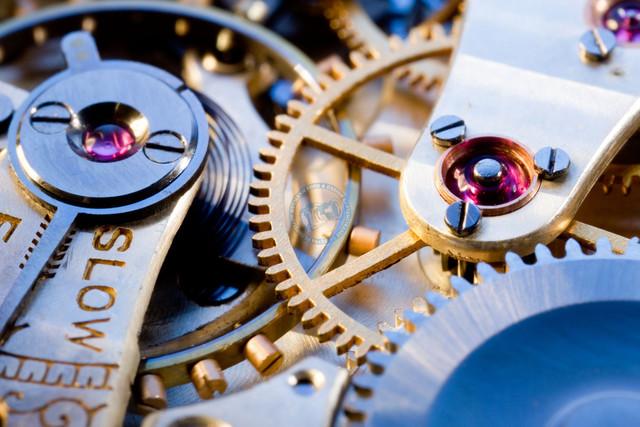 Makroaufnahme eines Uhrwerks | DEU, Deutschland, Filderstadt, 09.04.2009, Makroaufnahme Uhrwerk, Unruhfeder, Unruh, Zahnräder, Rubine © 2009 Christoph Hermann, Bild-Kunst Urheber 707707