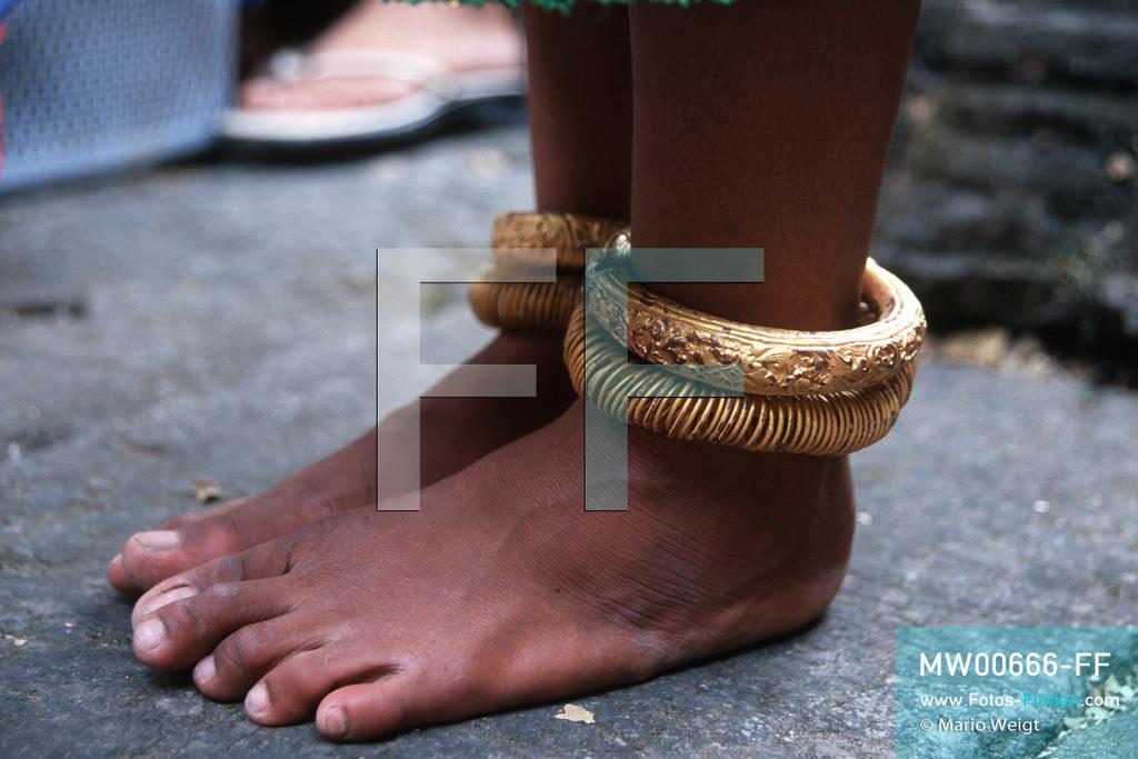 MW00666-FF   Kambodscha   Siem Reap   Reportage: Apsara-Tanz   Fußringe einer Apsara-Tänzerin. Kambodschas wichtigstes Kulturgut ist der Apsara-Tanz. Im 12. Jahrhundert gerieten schon die Gottkönige beim Tanz der Himmelsnymphen ins Schwärmen. In zahlreichen Steinreliefs wurden die Apsara-Tänzerinnen in der Tempelanlage Angkor Wat verewigt.   ** Feindaten bitte anfragen bei Mario Weigt Photography, info@asia-stories.com **