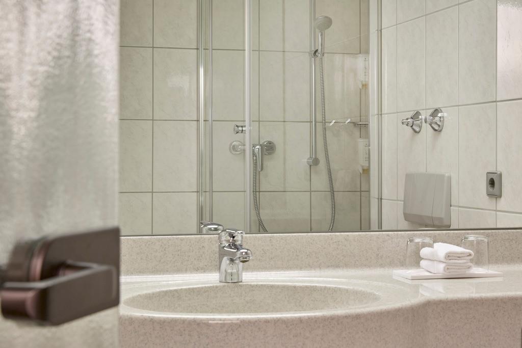 zimmer-bad-superior-doppelzimmer-02-hplus-hotel-stuttgart-herrenberg