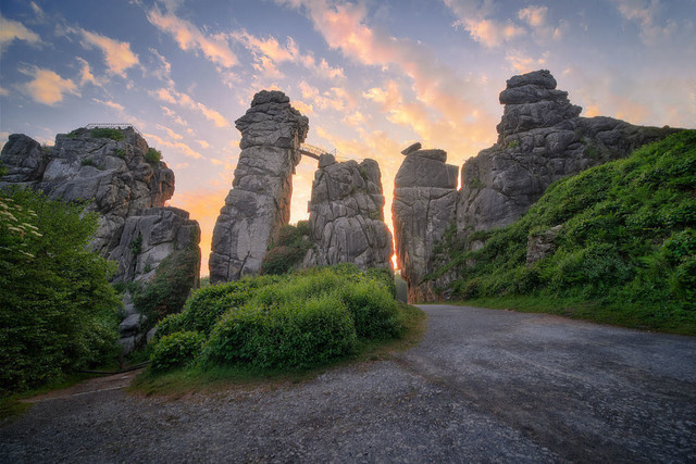 Götterdämmerung | Die Externsteine als Hort der Götter? Das könnte man meinen, wenn über ihnen ein solcher Himmel brennt.