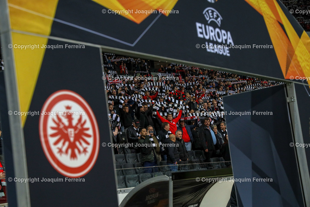 191024_sgevslie_0225 | 24.10.2019 Gruppenspiel Gruppe F UEFA Europa League Saison 2019/20 Eintracht Frankfurt - Standard Liege  emspor, emonline, despor, v.l., Eintracht Frankfurt Fans, Stimmung, Schals, Trikots, Emotionen  Foto: Joaquim Ferreira (DFL/DFB REGULATIONS PROHIBIT ANY USE OF PHOTOGRAPHS as IMAGE SEQUENCES and/or QUASI-VIDEO)