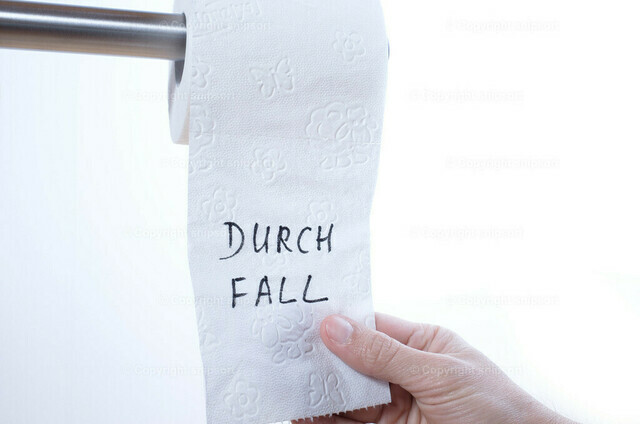 Hand reißt ein Blatt Toilettenpapier ab (Durchfall) | Eine männliche Hand reißt ein Blatt Toilettenpapier ab mit der Überschrift Durchfall