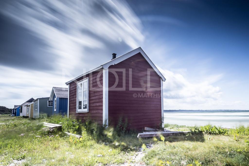 Badehäuschen auf Aerö im Wind | Aerö gilt als die Perle der dänischen Südsee, einem Inselmeer südlich der Insel Fünen