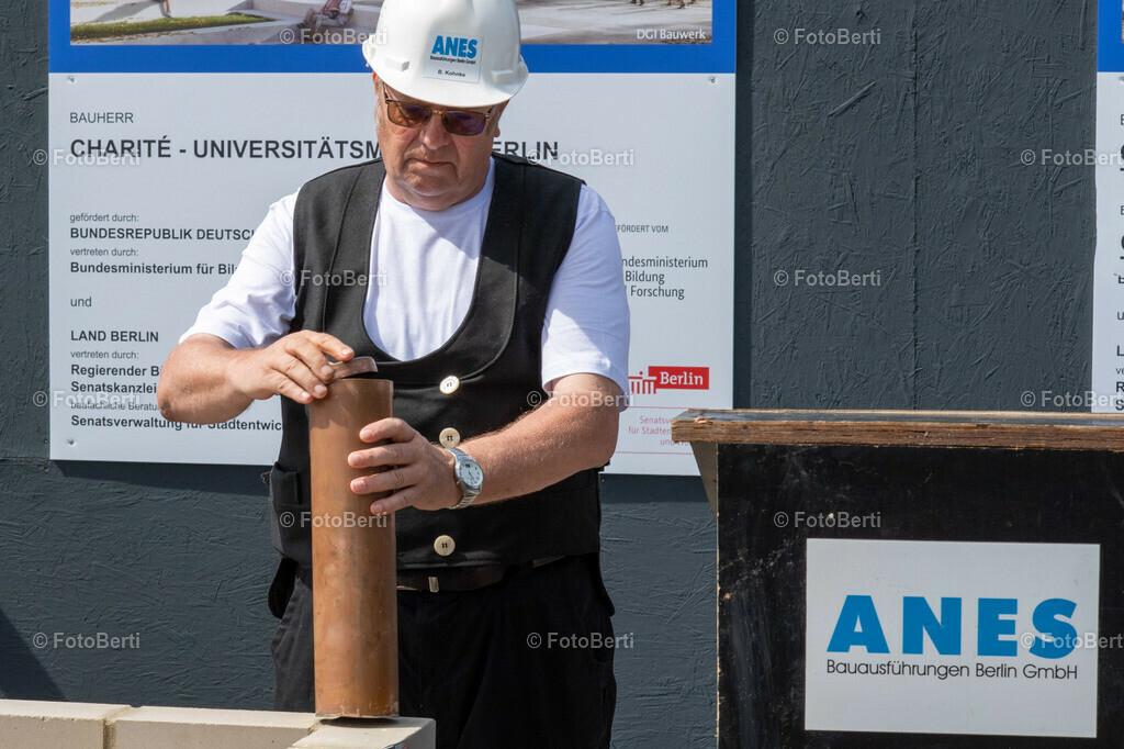 Grundsteinlegung der Forschungsgebäude Si-M & BeCat   B. Kohnke von ANES Bauausführungen verschliesst die Timecapsule