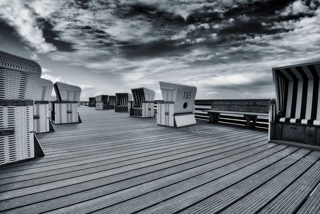 Holzterrasse mit Strandkörben | Strandkörbe auf einer Holzterrasse auf Sylt