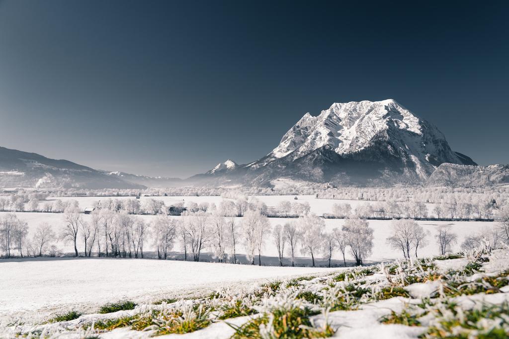 Winterlicher Ausblick | Der Blick auf den Grimming von Sallaberg am Kulm. In der Ferne ist auch das Schloss Trautenfels zu sehen.