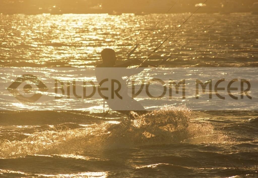Fotoausstellung Bilder vom Meer Kitesurfen Bilder bei Sonnenuntergang am Meer | Kite Surfer bei untergehender Sonne