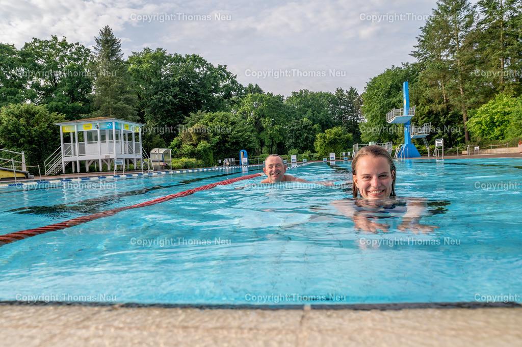 DSC_1619   ble,Lorsch, Waldschwimmbad, Schwimmbad, Eröffung am 5.Juni 2021, um 8:00 Uhr, Anschwimmen durch Bürgermeister Christian Schönung und Jasmin Hofmann (Stadt Lorsch), ,, Bild: Thomas Neu