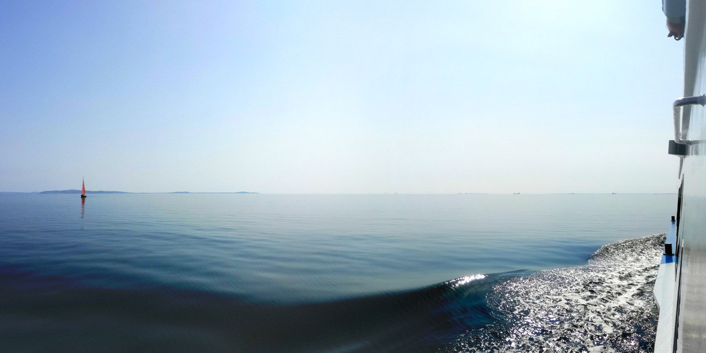 Ruhige See mit Segelschiff   Horizont auf der ruhigen Ostsee bei einer Robbentour