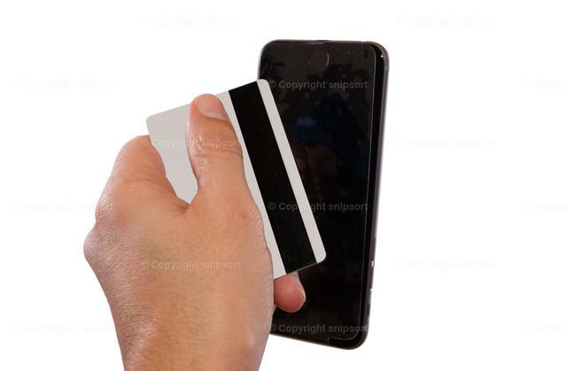 Glätten einer Schutzfolie auf dem Smartphone | Eine Hand mit Kreditkarte glättet eine Schutzfolie auf dem Smartphone mit Bläschen