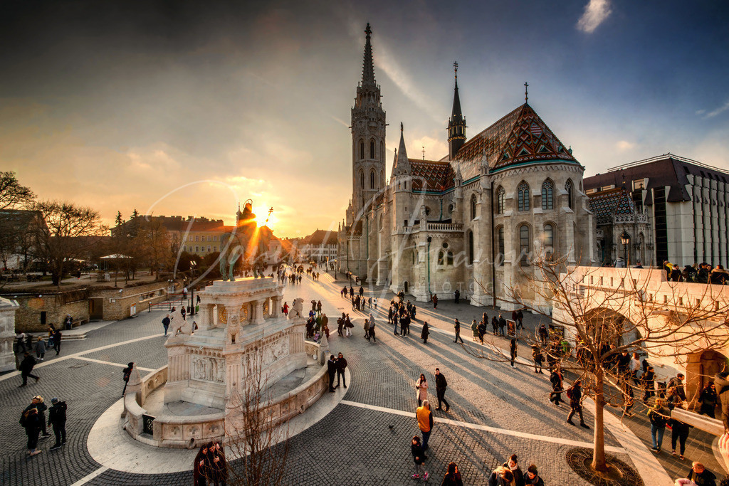 Matthiaskirche   Die Matthiaskirche in Budapest zum Sonnenuntergang