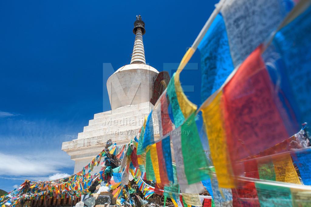 MW0411-9655 | Gebetsfahnen an einer Stupa in Tibet