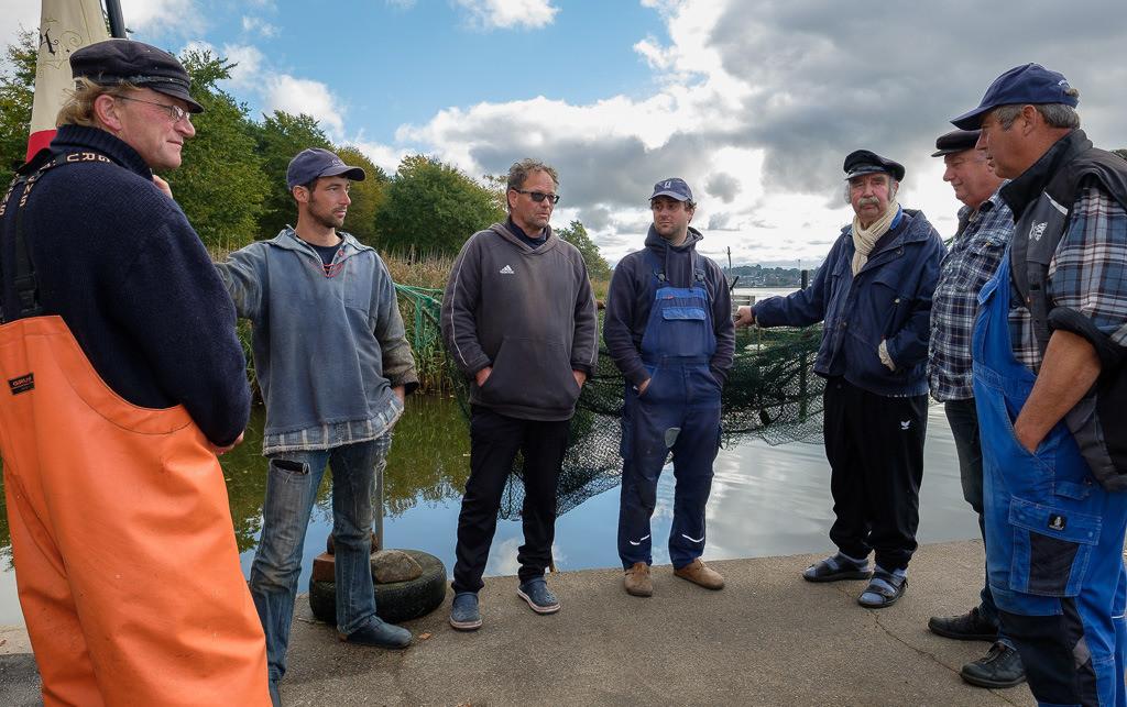 Holmer Fischerzunft © Holger Rüdel | Nicht oft gelingt dem 1. Ältermann Jörn Ross (rechts), alle Mitglieder der Fischerzunft terminlich unter einen Hut zu bekommen. Das Gruppenbild vom Oktober 2020 war dann auch Gelegenheit, einmal in Ruhe einige anstehende Themen zu besprechen.