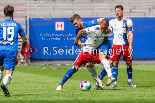 Fußball, Herren, Testspiel, Hamburger SV - FC Hansa Rostock, Volksparkstadion, 09.08.2020 | Björn Rother (#6 Hansa Rostock), Bobby Wood (#11 HSV), Tim Leibold (#21 HSV)