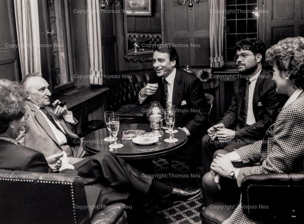 IMG_20170116_0004   Kronberg Schlosshotel, 90er Jahre, Kamingespräch mit Egon Bahr, auf Einladung von Detlef Mengler(3.v.rechts), Bild: Neu