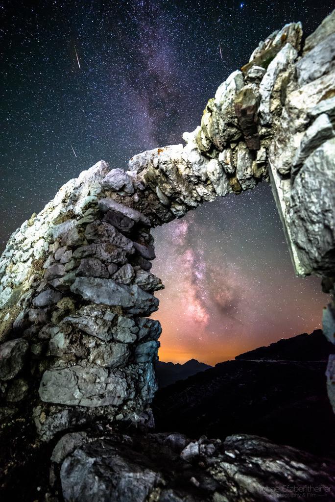 Nachtaufnahme am Hochobir | Verlassene Ruine am Hochobir mit der Milchstraße und Sternschnuppen