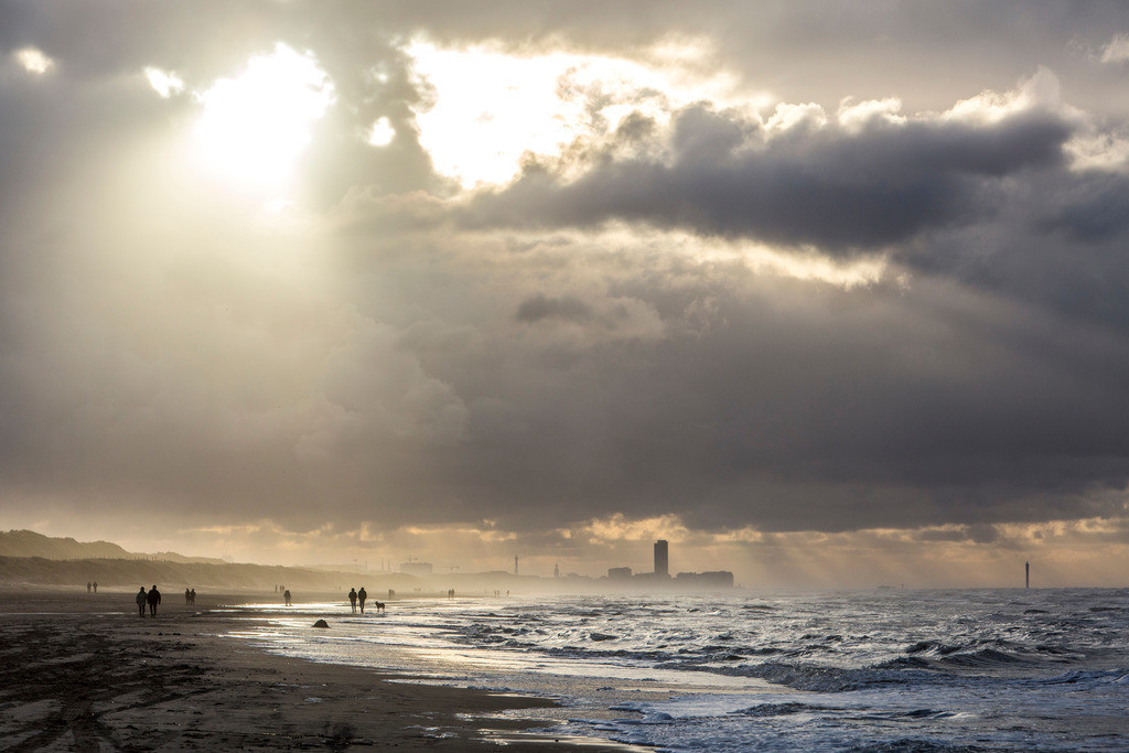 JT-131110-1262_1 | Nordseestrand, aufgewühlte See, Wolkenberge, bei einem Herbststurm, Spaziergänger,