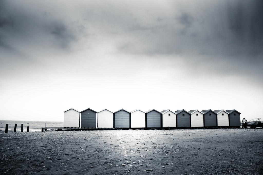 beach huts   Eine Reihe typischer Beach Huts in Charmouth, Dorset, England.