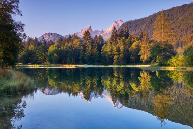 Watzmann Spiegelung | Am frühen Morgen ist noch alles still. Der Tag erwacht und die Sonne hat bereits die Spitzen des Watzmann erleuchtet.