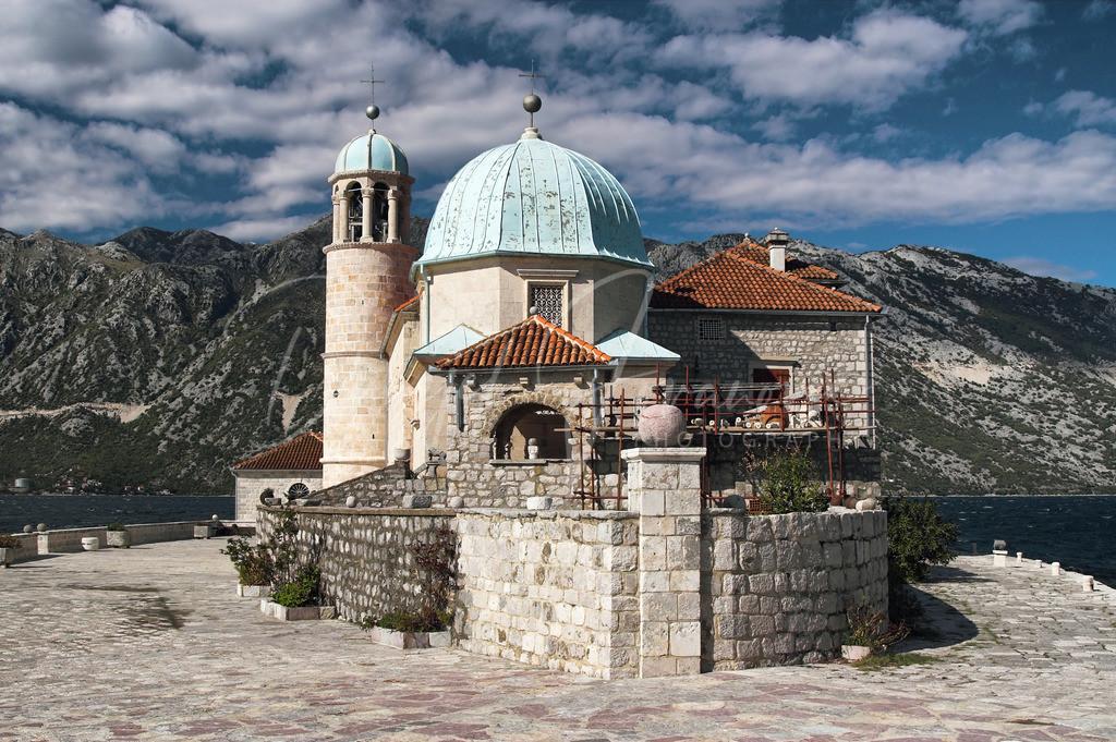 Gospa od Škrpjela   Kirche auf der kleinen Insel in der Bucht von Kotor