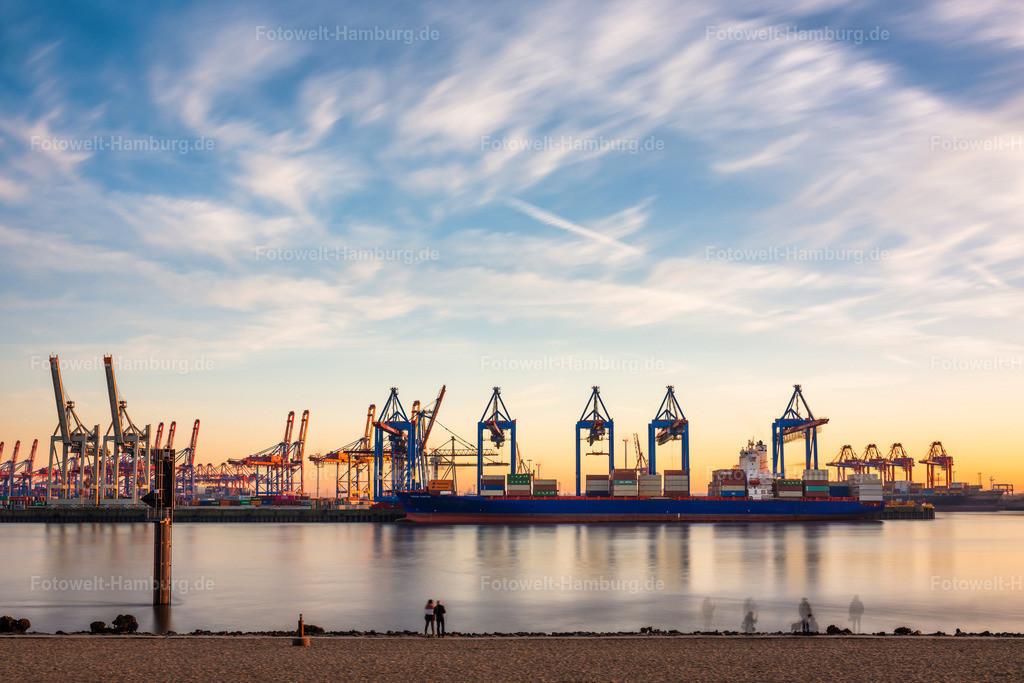 10210512 - Elbstrand am Abend   Blick über den Elbstrand auf das Containerterminal Burchardkai im Hamburger Hafen.
