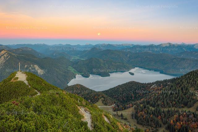 Vollmond über dem Walchensee   Blick vom Herzogstand über den Walchensee in Bayern. Vorne steigt langsam der Vollmond empor, während im Rücken die Sonne untergeht.