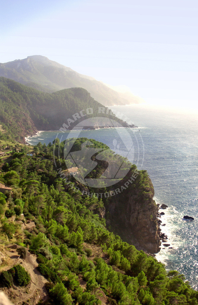Impressionsfotografie | Bildmaterial:  Die Serra de Tramuntana (kastilisch: Sierra de Tramontana) ist ein Gebirgszug im Nordwesten Mallorcas. Der gleiche Name bezeichnet eine der sechs Landschaftsregionen (comarques) von Mallorca, die nach der Gebirgskette benannt ist, aber etwas über die Fläche des Gebirges hinausreicht. Im Jahr 2008 betrug die Einwohnerzahl der Region Serra de Tramuntana 109.870 gemeldete Bewohner. Am 27. Juni 2011 erklärte die UNESCO die Serra de Tramuntana zum Welterbe.  Preis auf Anfrage. Bedingung ist die Nennung des Copyrights: Foto Marco Richter oder www.mallorco.com  für unterlassene, unvollständig, falsch platzierte oder nicht zuordnungsfähige Urhebervermerke ist für jeden Einzelfall eine Vertragsstrafe in Höhe des fünffachen Nutzungshonorars zu zahlen, vorbehaltlich weitergehender Schadensersatzansprüche.!!!Ebenso ist der Weiterverkauf des Bildmaterials an Dritte ohne ausdrückliche Genehmigung von Marco Richter (Mallorco Photography) untersagt. Diese Regelung gilt auch bei jeglicher unberechtigt (ohne Zustimmung durch den Fotograf Marco Richter (Mallorco Photography) erfolgten Nutzung, Verwendung, Wiedergabe oder Weitergabe des Bildmaterials.