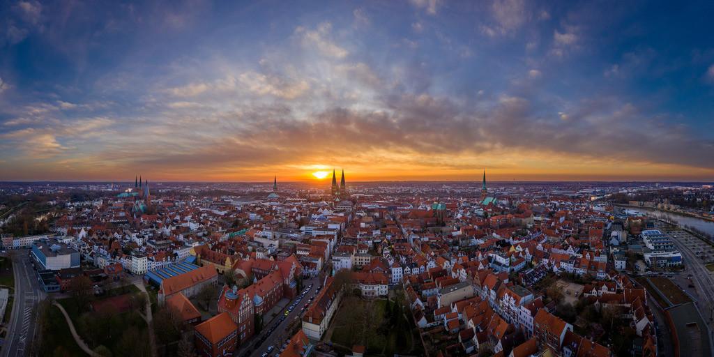 Blick auf die Altstadt von Lübeck | Ein Sonnenuntergang im April 2020 taucht die Lübecker Altstadt in eine besonderes Abendlicht. Dieses schöne hochauflösende Panorama zeigt diese besondere Skyline.