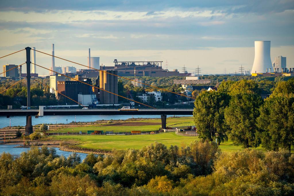 JT-201006 | Blick über die Rheinlandschaft bei Duisburg, nach Norden, Rheinbrücke Neuenkamp, Thyssenkrupp Stahlwerk in Bruckhausen, STEAG Heizkraftwerk Walsum, NRW, Deutschland,